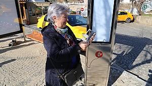 YOLCULAR DURAKTA BEKLERKEN TELEFONLARINI ŞARJ EDEBİLECEK