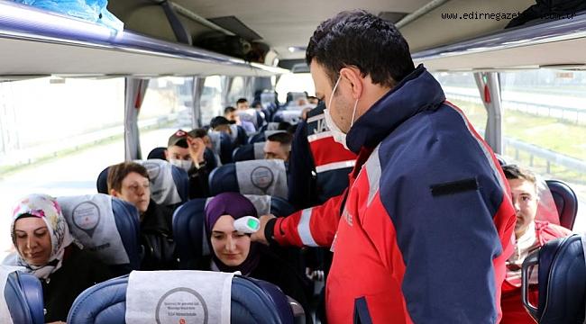 Edirne'ye kara yoluyla gelen şoför ve yolcuların ateşi ölçülüyor