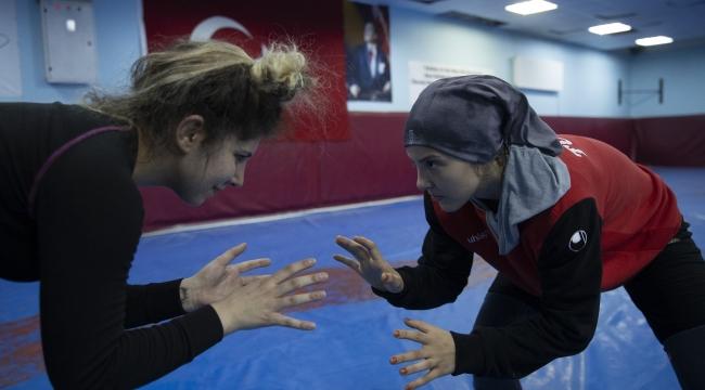 Olimpiyata hazırlanan kadın güreşçiler özel izinle mindere döndü