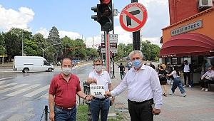 TRAFİK IŞIKLARINDA 'MASKE TAK' UYARISI
